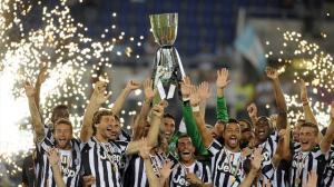 Buffon e compagni alzano al cielo la Supercoppa Italiana