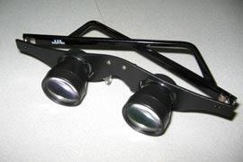 Gli occhiali con binocolo incorporato che Aquilani ha oggi donato all'arbitro e al guardalinee di Fiorentina - Genoa (foto presa da kaber.it)