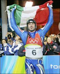 Zoeggeler dopo il trionfo alle olimpiadi del 2006 (foto presa da simonesalvador.blogspot.it )