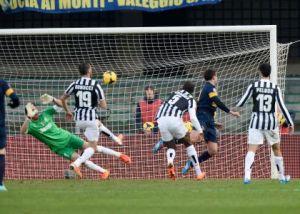 Gomez buca l'immobile difesa Juventina durante la partita giocata al Bentegodi