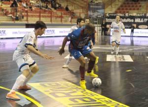 Rogerio difende palla da Caetano (foto www.divisionecalcioa5.it)