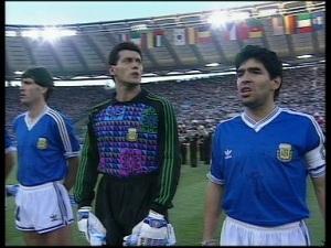Maradona risponde ai fischi (immagine presa da web)