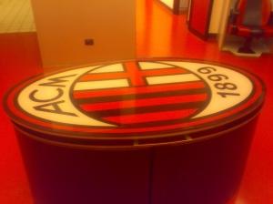 Tavolo_logo_milan_nel_spogliatoio