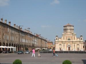 Piazza dei Martiri a Carpi, chi glielo dice ora a Lotito che è la terza piazza più grande d'Italia? (foto di Francesco Pozzi, https://www.flickr.com/photos/cecio/1392839763/, CC BY 2.0)