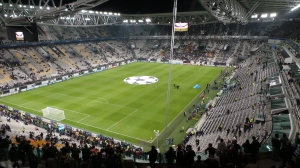 """Juventus v Real Madrid, Champions League, Stadium, Turin, 2013"" di forzaq8 from kuwait, kuwait - before the start. Con licenza CC BY 2.0 tramite Wikimedia Commons - http://commons.wikimedia.org/wiki/File:Juventus_v_Real_Madrid,_Champions_League,_Stadium,_Turin,_2013.jpg#/media/File:Juventus_v_Real_Madrid,_Champions_League,_Stadium,_Turin,_2013.jpg"