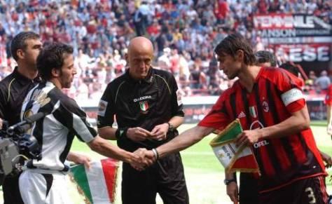 Maldini e Del Piero si scambiano i gagliardetti sotto gli occhi vigili di Collina (foto presa da tuttosport.com)
