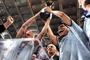 """""""Coppa Italia 2009 premiazione"""" di Presidenza della Repubblica. Con licenza Attribution tramite Wikimedia Commons - http://commons.wikimedia.org/wiki/File:Coppa_Italia_2009_premiazione.jpg#/media/File:Coppa_Italia_2009_premiazione.jpg"""