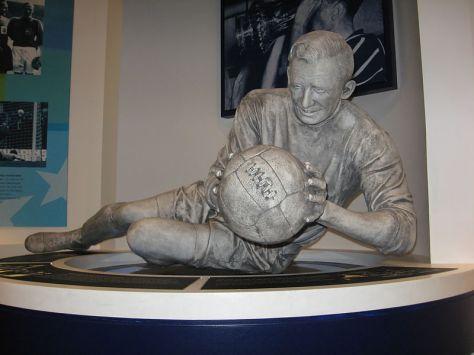La statua di Trautmann al Museo del Manchester City. Di Oldelpaso (Opera propria) [CC BY-SA 3.0 (http://creativecommons.org/licenses/by-sa/3.0) o GFDL (http://www.gnu.org/copyleft/fdl.html)], attraverso Wikimedia Commons